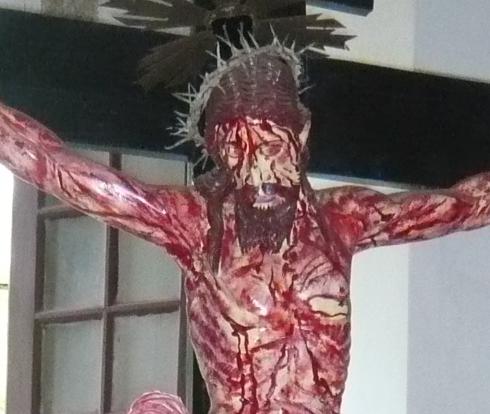 血塗れのキリスト像とUFO